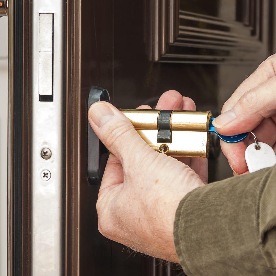 locksmith-fixing-lock